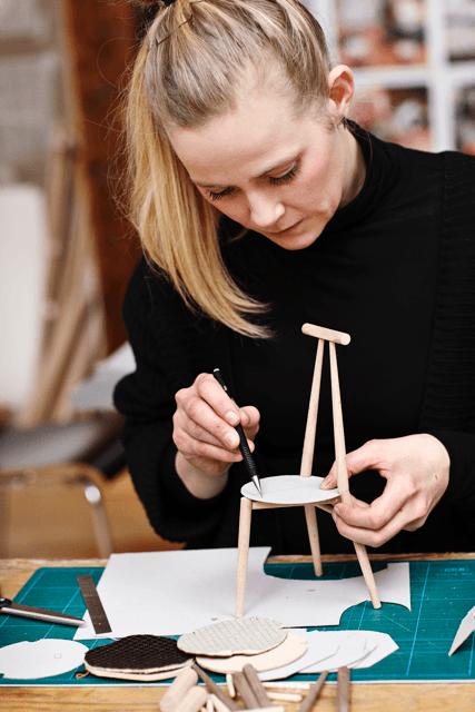Stine Weigelt, midt i den kreative og skabende proces af stolen Anker